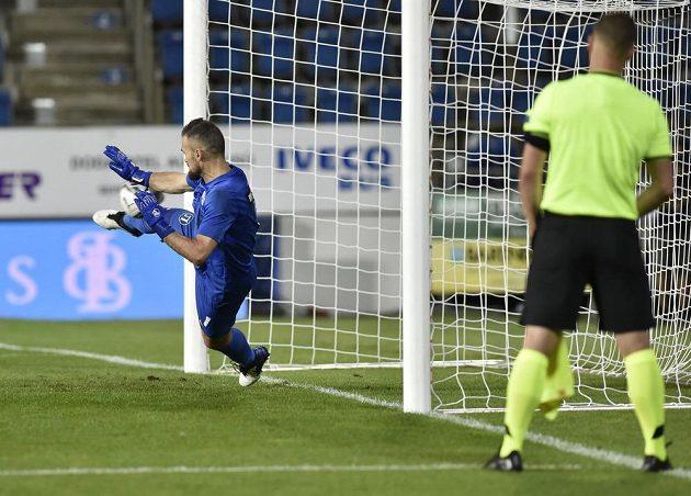 Brankář Ilko Pirgov z Lokomotivu během penaltového rozstřelu na půdě Slovácka.