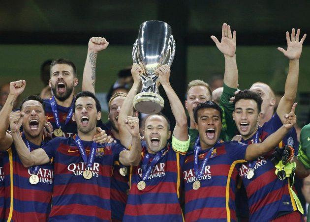 Fotbalisté Barcelony oslavují zisk Superpoháru UEFA.