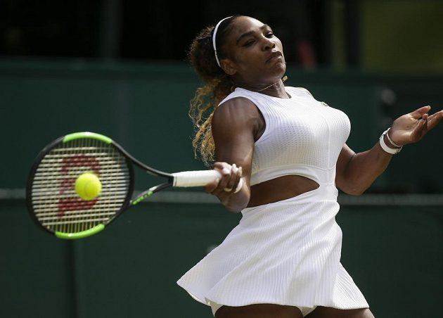 Americká tenistka Serena Williamsová returnuje během semifinále Wimbledou. V úvodu první sady byla takřka bezchybná.