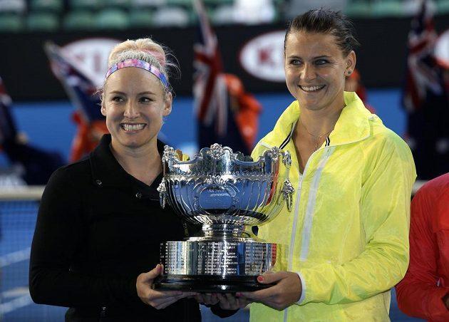 Česká tenistka Lucie Šafářová (vpravo) a Američanka Bethanie Matteková-Sandsová s pohárem pro vítězky čtyřhry na Australian Open.