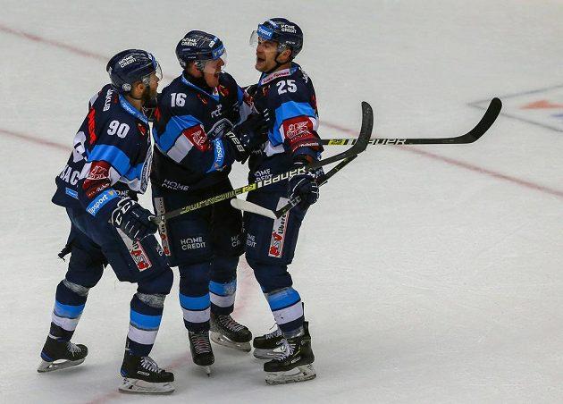 Liberečtí hokejisté (zleva) Tyler Redenbach, Marek Kvapil a střelec branky Radan Lenc se radují z úvodního gólu čtvrtého extraligového finále.