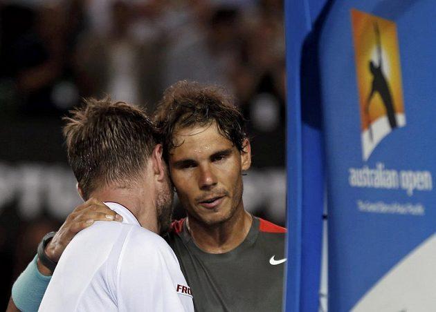 Oba finalisté Australian Open se objímají po skončení duelu.