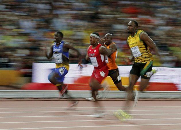 Jamajčan Usain Bolt (vpravo) v rozběhu sprintu na 100 m na MS v Pekingu.