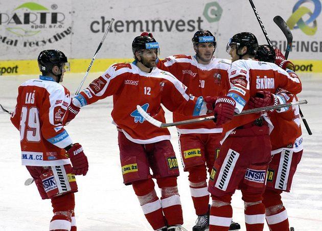 Olomoučtí hokejisté se radují z gólu.