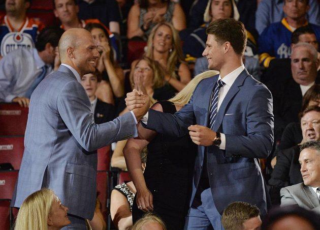 Pavel Zacha sice nevyrovnal svého agenta Patrika Štefana (vlevo), i tak je jeho umístění jedním z nejlepších výsledků českého hokeje na draftu.