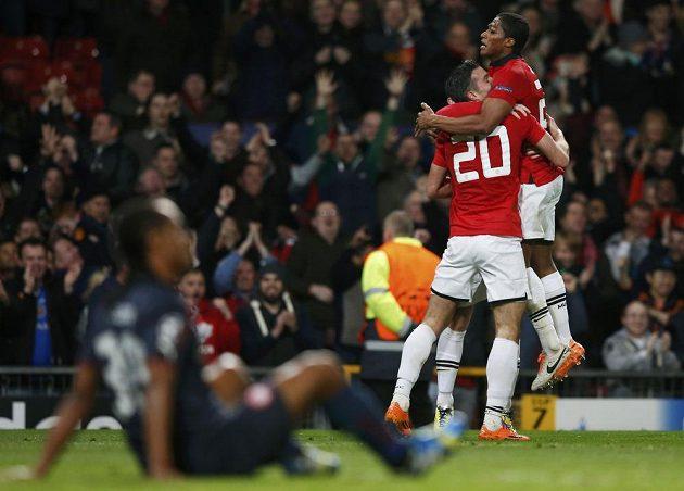 Záložník Manchesteru United Antonio Valencia (vpravo) se raduje společně se střelcem Robinem van Persiem z gólu proti Olympiakosu.