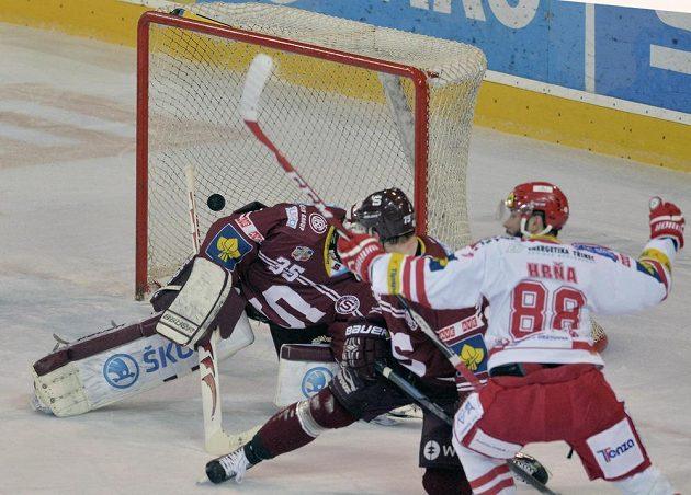 Třinecký Erik Hrňa střílí druhý gól brankáři Filipovi Novotnému, sparťanský obránce Jan Piskáček už pohromě nezabránil.