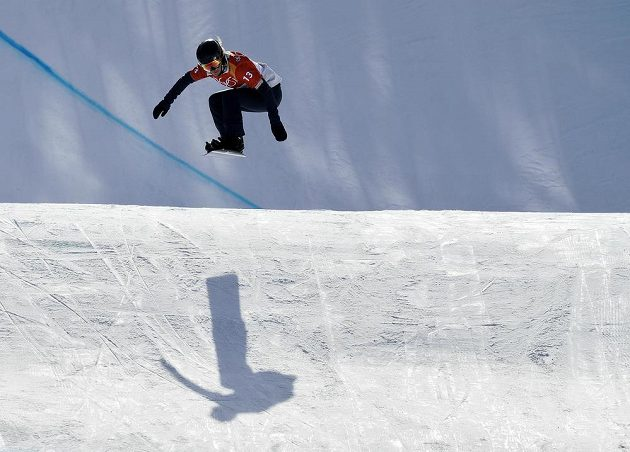 Jedna z favoritek Lindsey Jacobellisová z USA na trati kvalifikace snowboardkrosařek.