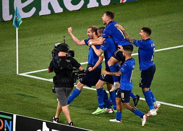 Fotbalisté Itálie se radují z gólu proti Švýcarsku, který ale rozhodčí neuznal.