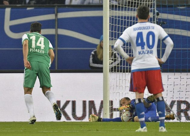 Jaroslav Drobný (ležící) v bráně Hamburku chytil penaltu, neuspěl brémský Claudio Pizarro.