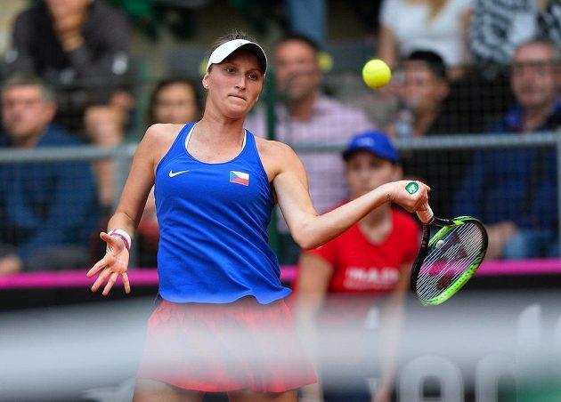 Tenistka Markéta Vondroušová v utkání Fed Cupu s Leylah Fernandezovou z Kanady.