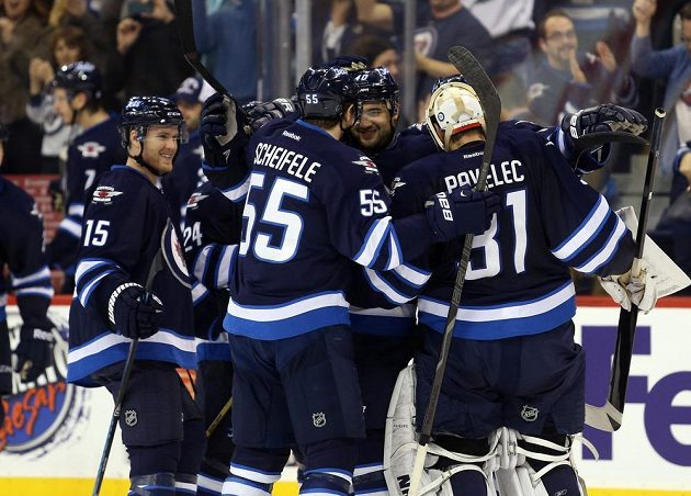 Hokejisté Winnipegu oslavují svou čtvrtou výhru v řadě. Tentokrát to odnesli Flyers.