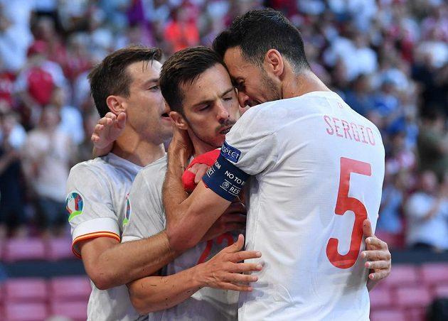Střelec vyrovnávacího španělského gólu Pablo Sarabia (uprostřed) přijímá gratulace od spoluhráčů.