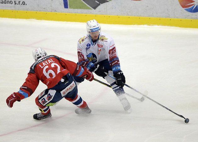 Pardubický hokejista Martin Látal se snaží rozhodit kladenského Brendona Nashe.