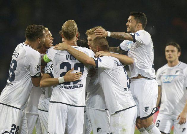 Fotbalisté Hoffenheimu se radují v Doněcku z gólu v Lize mistrů.
