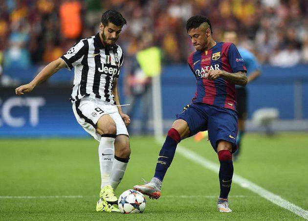 Útočník Juventusu Álvaro Morata (vlevo) v souboji s Neymarem z Barcelony ve finále Ligy mistrů.