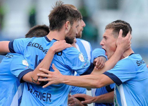 Hráči Boleslavi se radují z prvního gólu útočníka Tomáše Wágnera (zády).