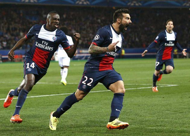Útočník Paris St.Germain Ezequiel Lavezzi (uprostřed) se raduje z gólu v utkání Ligy mistrů proti Chelsea.