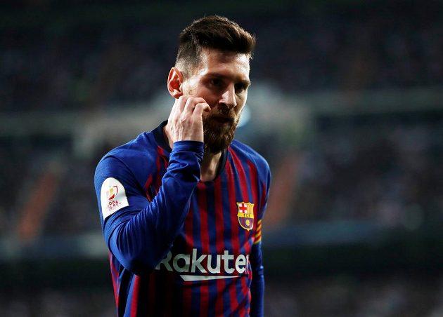 Barcelonský Lionel Messi během pohárového souboje na hřišti Realu Madrid.