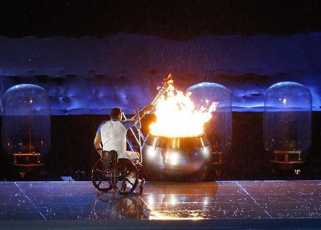 Brazilský sportovec Clodoaldo da Silva zapálil oheň při slavnostním zahájení paralympiády v Riu.