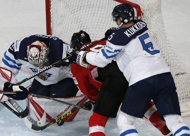 Závar před finskou brankou v utkání se Švýcarskem.