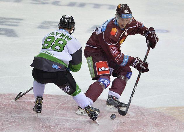 Oscar Flynn z Mladé Boleslavi a sparťan Erik De La Rose v souboji během utkání hokejové extraligy.