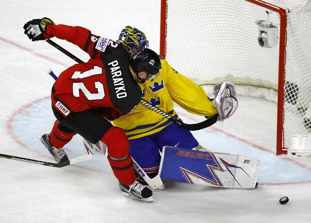 Švédský gólman Henrik Lundqvist maří šanci Coltona Parayka z Kanady ve finále MS.