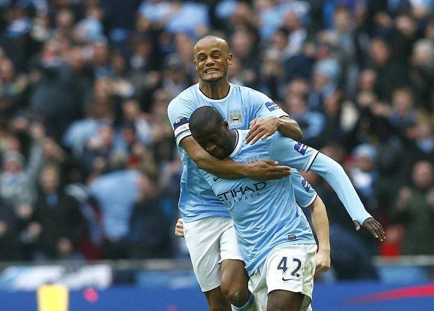 Yaya Touré (42) a Vincent Kompany si užívají radost z branky Manchesteru City v boji o anglický Ligový pohár se Sunderlandem.