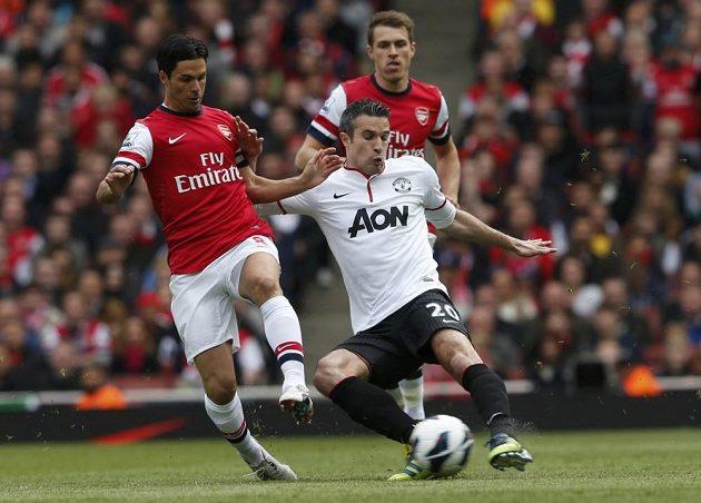 Robina van Persieho z Manchesteru United (vpravo) brání Mikel Arteta z Arsenalu.