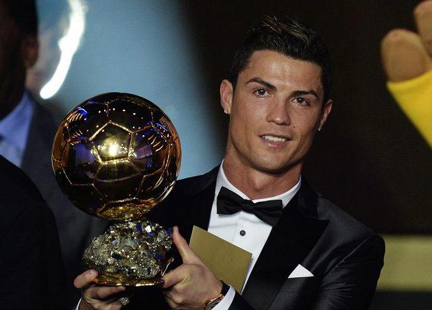 Ronaldo pózuje se Zlatým míčem.