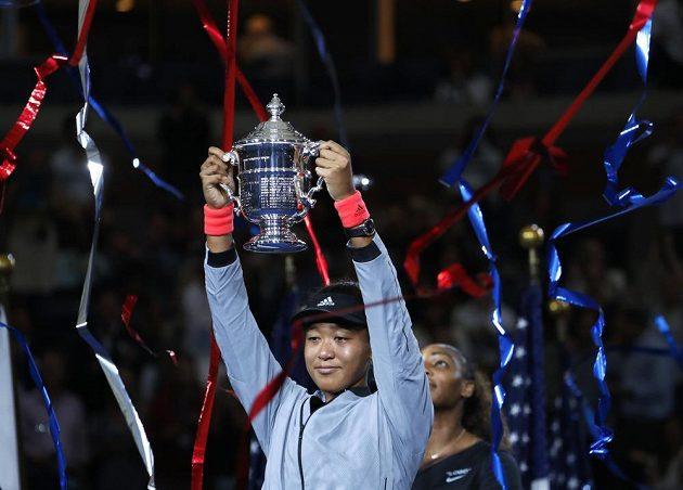 Rozechvělá a dojatá Naomi Ósakaová s trofejí pro vítězku US Open.