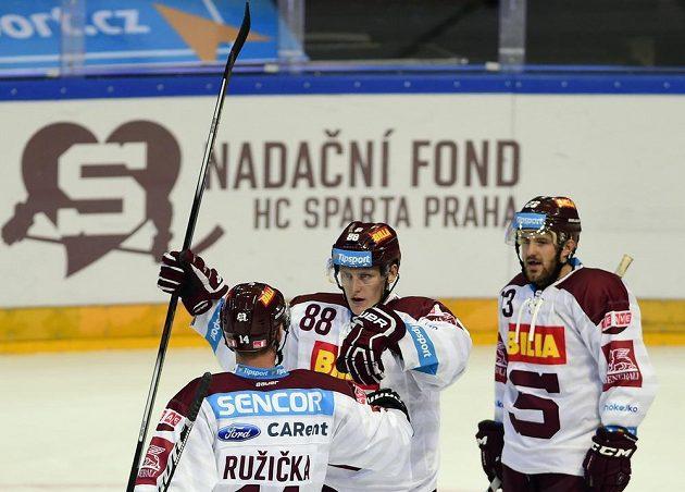 Autor čtvrtého gólu Sparty Miroslav Forman (uprostřed) se raduje se spoluhráčem Štefanem Ružičkou (zády). Vpravo je další útočník Lukáš Pech.