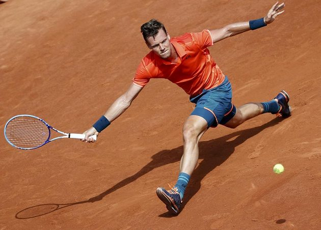 Tomáš Berdych během zápasu 2. kola French Open proti Radku Štěpánkovi.