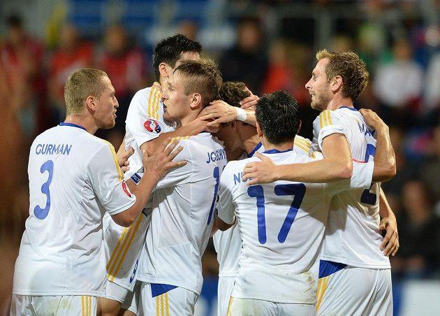 Fotbalisté Kazachstánu se radují z vedoucího gólu nad Českou republikou.