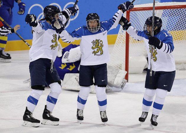 Finská hokejistka Riikka Valilaová slaví gól v síti Švédska ve čtvrtfinále turnaje hokejistek.