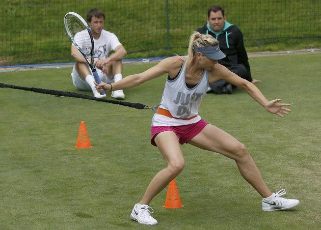 Ruská tenistka Maria Šarapovová při tréninku ve Wimbledonu.