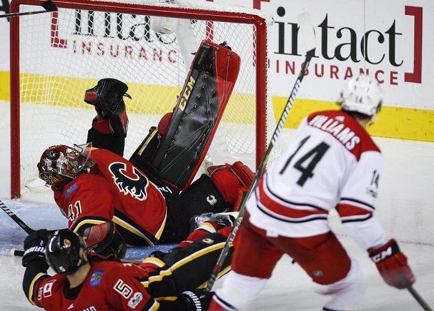 Justin Williams střílí vítězný gól Caroliny v souboji s Calgary, brankář Mike Smith už zasáhnout nestačil.