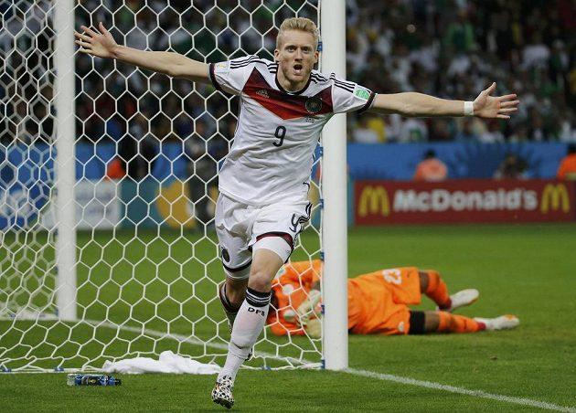 André Schürrle slaví vedoucí gól Německa v osmifinále MS nad Alžírskem.
