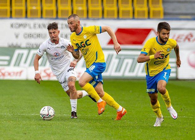 Milan Petržela ze Slovácka, Pavel Moulis z Teplic a Patrik Žitný z Teplic během utkání nejvyšší soutěže.