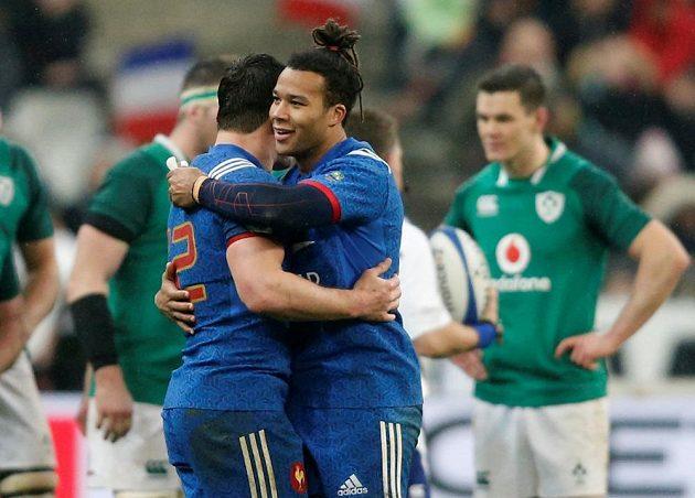 Francouz Teddy Thomas slaví první pětku v duelu s Irskem.