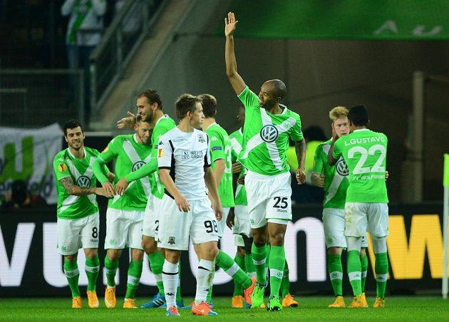 Fotbalisté Wolfsburgu slaví gól proti Krasnodaru.