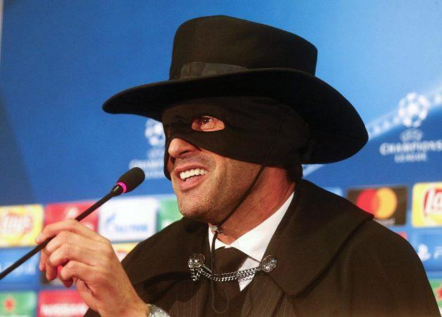 Trenér Šachtaru Paulo Fonseca,v masce Zorra po vítězství nad Manchesterem City.