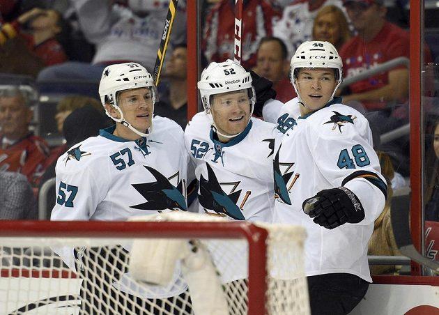 Hokejisté San Jose Matt Irwin (uprostřed) se raduje společně s Tomášem Hertlem (vpravo) a Tommym Wingelsem z gólu proti Washingtonu.