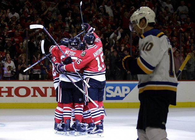 Hokejisté Chicaga se radují z gólu Dale Weise (25).
