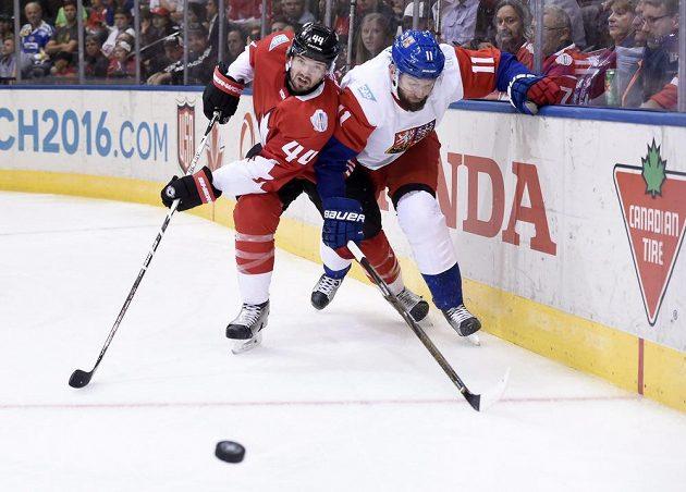 Martin Hanzal a Marc-Edouard Vlasic z Kanady bojují o puk v zahajovacím utkání Světového poháru.