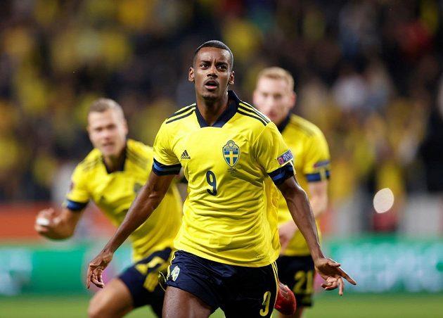 Švédský fotbalista Alexander Isak slaví gól ve španělské síti v utkání kvalifikace MS 2022.