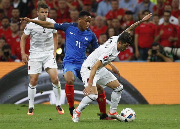 Francouzský fotbalista Anthony Martial v souboji s albánskou přesilou.