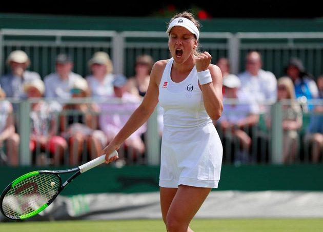 Bojovné gesto české tenistky Barbory Strýcové ve Wimbledonu.