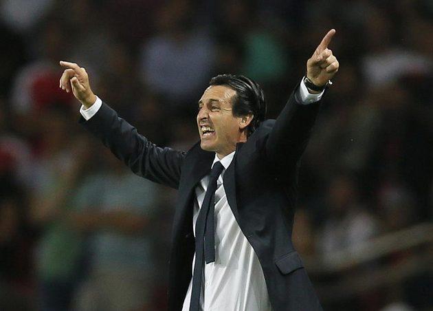 Unai Emery, nový kouč fotbalistů Paris St. Germain, gestikuluje v utkání s Arsenalem.