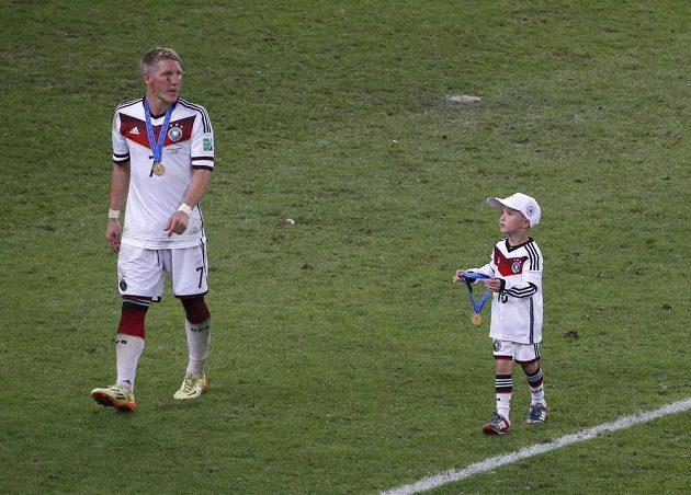 Bastian Schweinsteiger se synem Lukase Podolského Louisem Gabrielem.